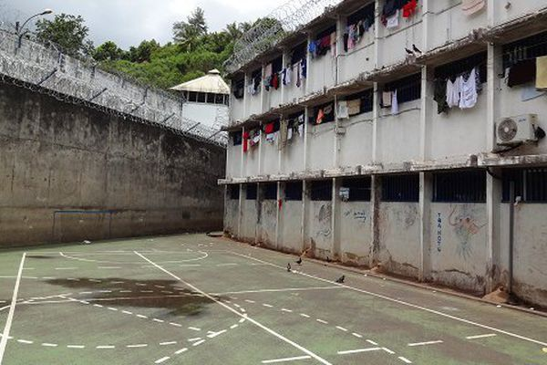 La cour de promenade de la prison de Nuutania, en Polynésie.