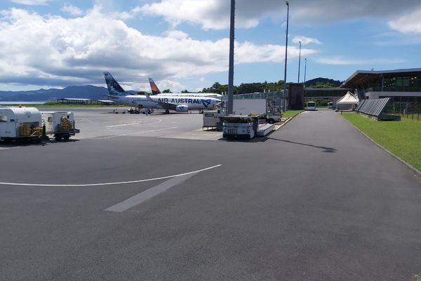 """Le vol de la Compagnie régionale """"AA"""" sur le tarmac de l'aéroport de Pamandzi"""