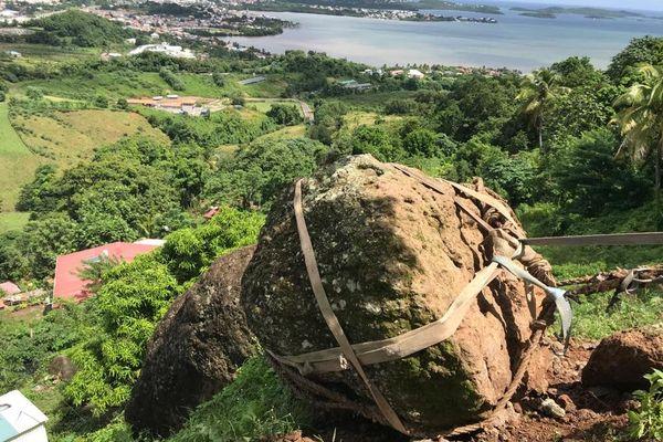 Un rocher de 700 kilos menace de tomber sur des maisons au Robert