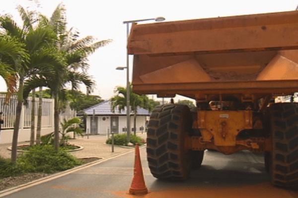 Un camion devant le siège du gouvernement de Nouvelle-Calédonie