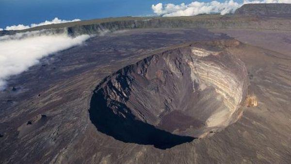 Volcan du Piton de la Fournaise, le cratère Dolomieu (vue aérienne), à La Réunion
