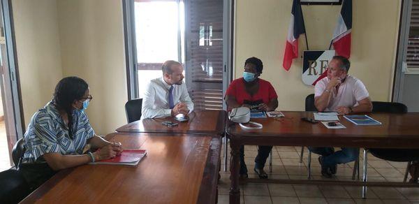 Le maire de Roura avec le sous préfet