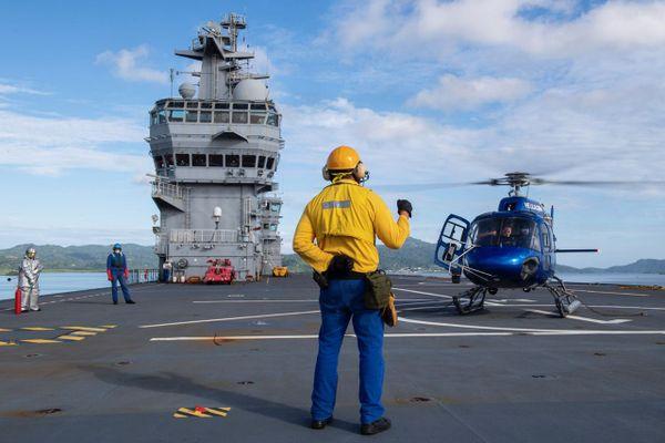 Arrivée de l'hélicoptère civile à bord du mistral