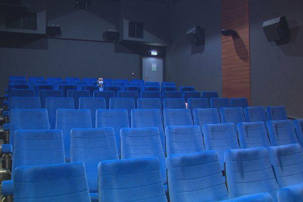 Douglas Hickson seul dans une salle vide du Cinécity, septembre 2021.