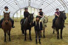 Manon Castelas et ses élèves du club d'équitation de Saint-Pierre prêtes pour une séance de horse-ball