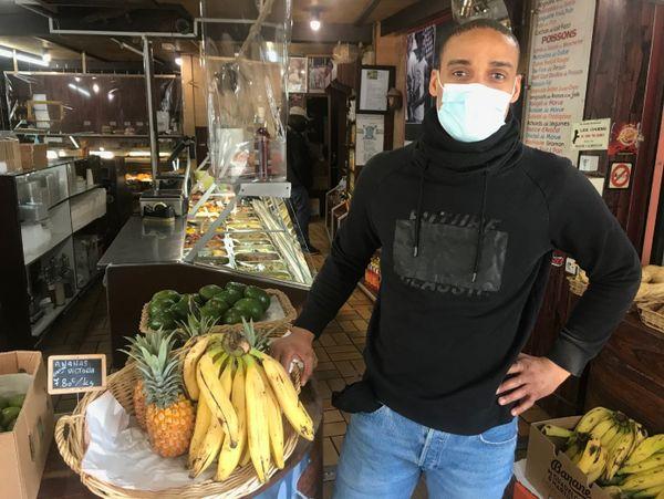 A Paris, Cédric Aratus défend la variété et la richesse des fruits et légumes d'outre-mer.