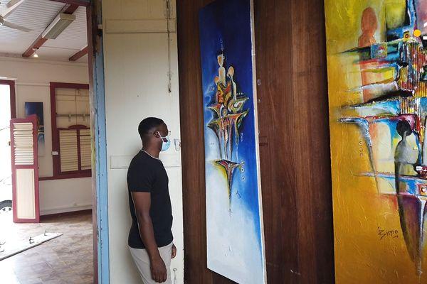Bimo, devant une de ses oeuvres