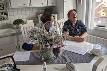 Evelyna Levêque a 81 ans et des problèmes de genoux, qui l'empêchent de se déplacer.