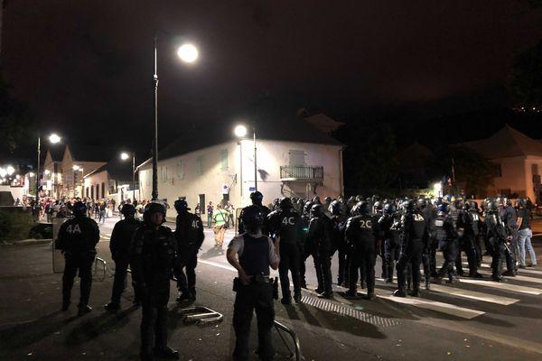 Forces de l'ordre face aux manifestants contre le passe sanitaire à Saint-Denis