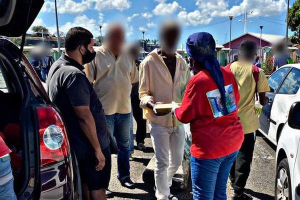 Les membres du collectif Love Challenge distribuent des paquets repas à Fort-de-France
