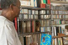 Le chercheur en musique Michel Beroard et sa collection de disques.