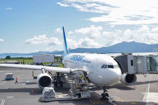 avion Corsair tarmac aéroport Dzaoudzi à Mayotte