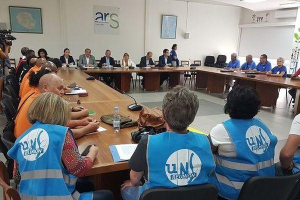 Les syndicats, directions de l'ARS et du CHU sont actuellement réunis ce mardi 2 octobre.