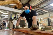 Construction, agencement, ameublement : le bois est très demandé à La Réunion, or l'approvisionnement en matière première est soumis aux aléas de la crise sanitaire avec un surcoût pour les clients.