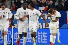 Kylian Mbappé est félicité par Antoine Griezmann après son but face à la Belgique.