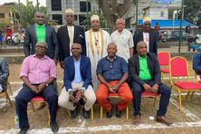 La plupart des anciens présidents de l'AS Rosador ont répondu à l'invitation d'Issouf Madi, président actuel du club. 1er rang assis, de gauche à droite : Abdou Hamissi Batrolo, Issouf Madi, Mohamed Ali, Bourahima Ousseni 2e rang debout de gauche à droite : Abdallah Djaha, El Kabir Mlanao, Maya Houmadi Oumouri, Dahalani Moussa, Soudjay Anthoumani.