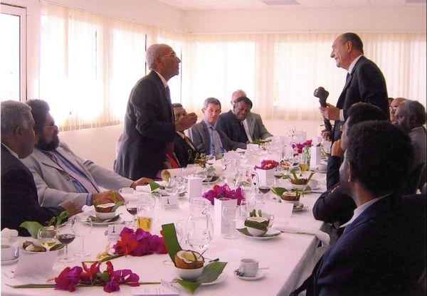 Jacques Chirac en 2003 à Koné, avec de nombreux élus calédoniens.