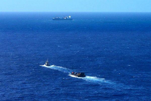 Kea trader échoué récif Durand vue aérienne Hélicocéan arrivée barge avec matériel antipollution