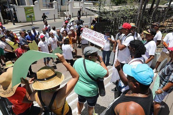 Les agents de la Sodiparc ont manifesté ce jeudi 19 décembre devant la mairie de Saint-Denis.