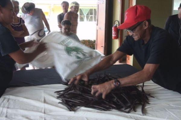 La première vente de vanille à Taha'a