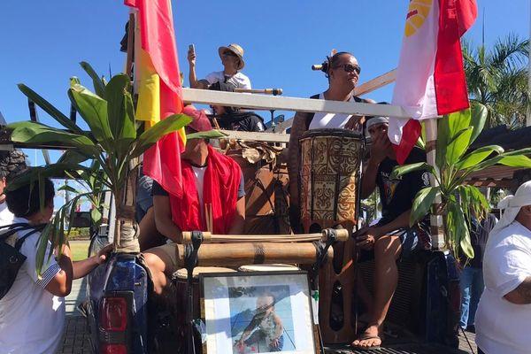 L'autel en mémoire de Hoane, dans une voiture derrière laquelle ont marché plusieurs centaines de personnes samedi matin.