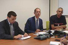 Le préfet Franck Robine (au centre), entouré des responsables de la sécurité en Martinique lors de l'alerte à la tempête Isaac.