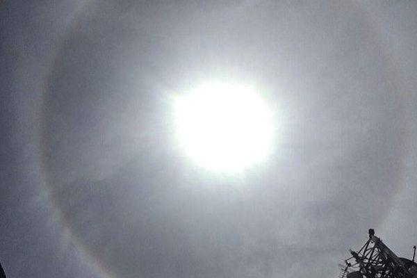 Un halo autour du soleil dans le ciel de Tahiti