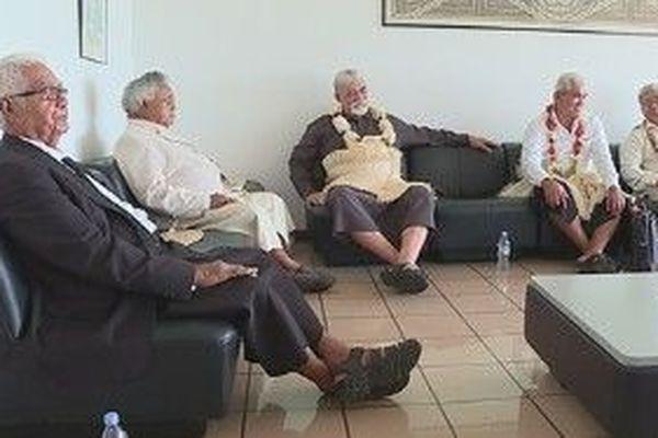 Les rois de Wallis et Futuna en salle d'attente à l'aéroport de Hihifo