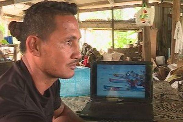 Saki Tuakoifenua, devant écran ordinateur images vaa