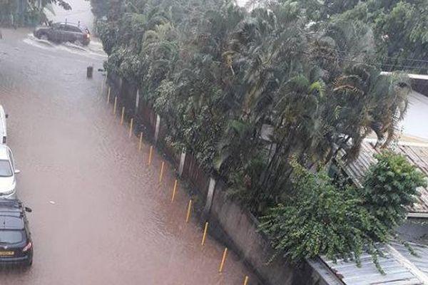 Les rues de Papeete submergées par endroit