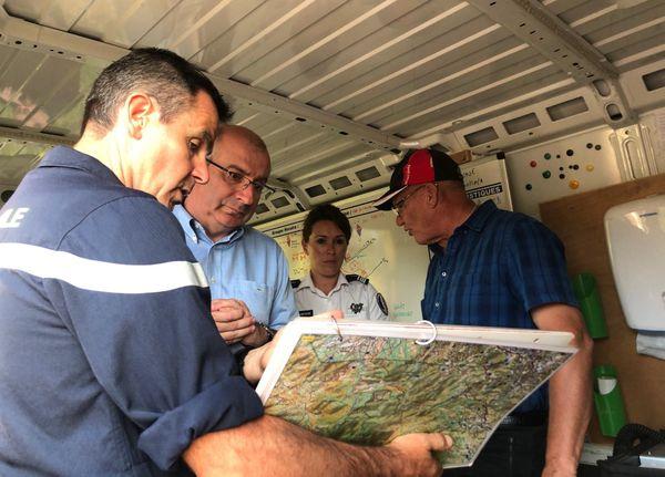 Feu du Mont-Dore, le haussaire dans le poste de commandement aménagé à La Coulée, avec le maire, 2 décembre 2019