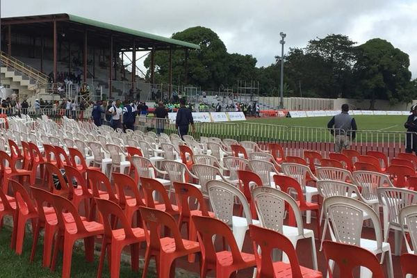 Des centaines de chaises en plastique ont été installées au stade de Flacq.