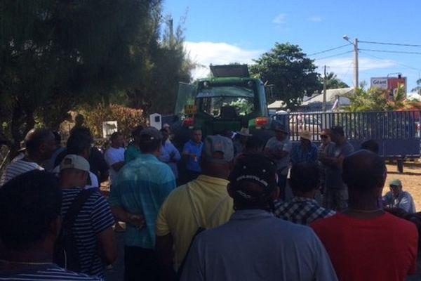 Manifestants devant le siège de la Saphir