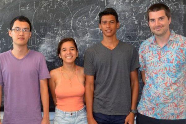 Le Dr Gaëtan Bisson et trois étudiants de la première promotion CUPGE
