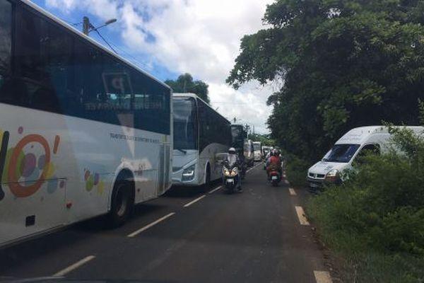 Opération escargot des chauffeurs de bus scolaires à Mayotte.
