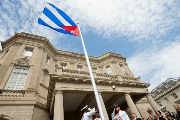 Le drapeau de Cuba flotte désormais devant l'ambassade cubaine à Washington.