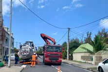 Ce camion de vidange n'a pas pu redémarrer après que l'une de ses roues s'est retrouvée piégée