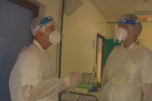 Le docteur Biarez en compagnie du haut-commissaire à l'hôpital de Moorea équipés pour prévenir toute contamination.