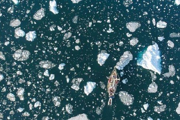 L'embarcation de Guirec Soudée en pleine mer, au milieu des morceaux de glace