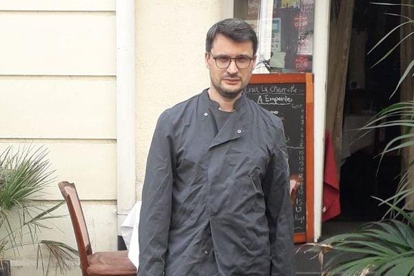 Damien Delbart, devant La Charrette Créole, Paris VI