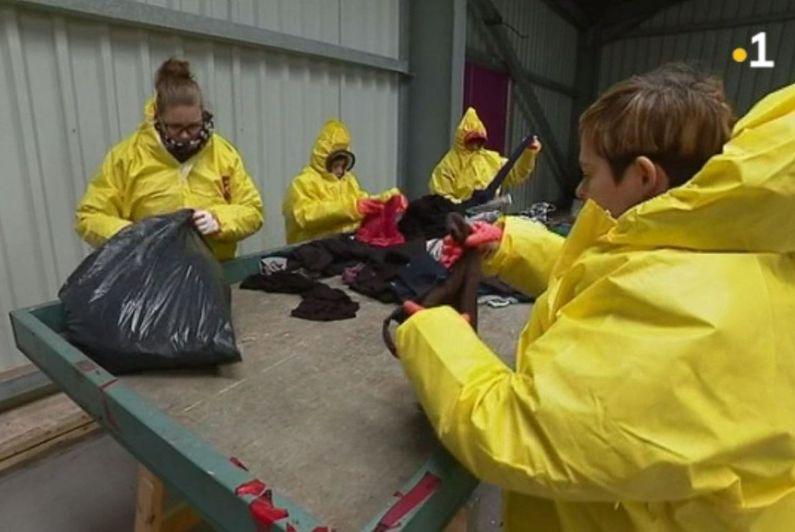 Les travailleurs de l'atelier Boursaint transforment les vêtements usés en chiffons