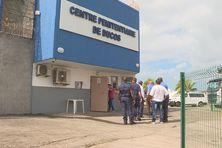 Le député Serge Letchimy visite le centre pénitentiaire de Ducos.
