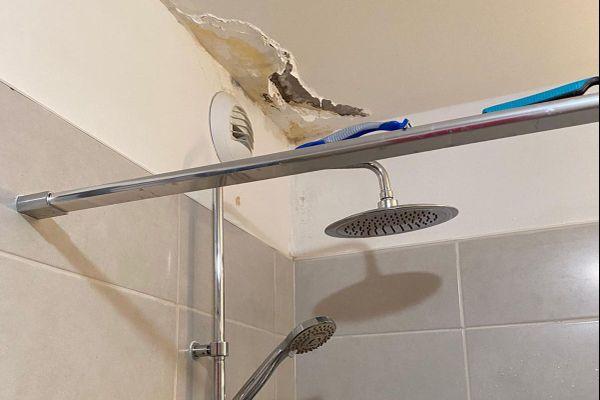 Le plafond de la salle de bain s'effrite à cause de l'humidité