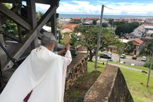 l'évêque Emmanuel Lafont, du Fort Cépérou bénit la Guyane