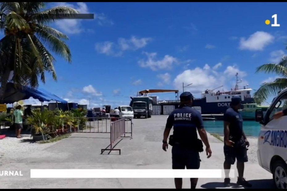 Déchargement du Dory sous haute surveillance à Rangiroa - Polynésie la 1ère