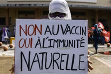 Une pancarte lors d'une manifestation contre le pass sanitaire organisée à Fort-de-France en Martinique le 31 juillet 2021