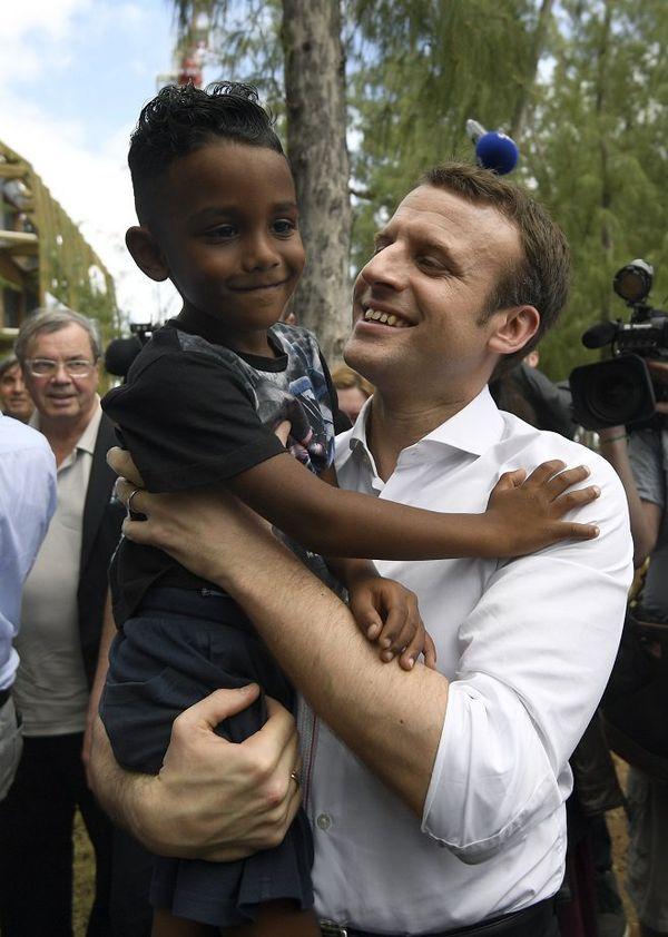 Macron et un petit supporter de La Réunion