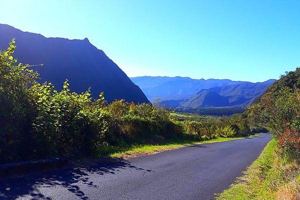 Soleil et ciel bleu un matin de novembre 2020 sur les hauts de La Réunion
