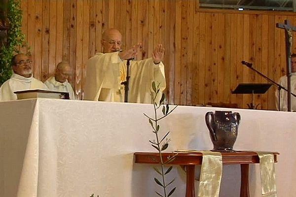 Eglise du Chaudron : bénédiction des huiles pour les sacrements par Mr Gilbert Aubry