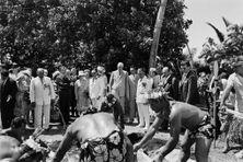 Le président Charles de Gaulle participant à des festivités lors de sa visite à  Papeete le 10 septembre 1966.